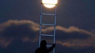 月にはしごをかける人